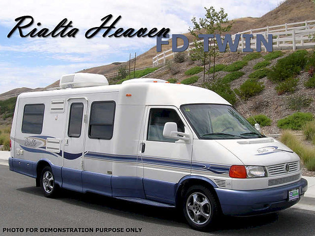 2004 Winnebago Rialta Photo